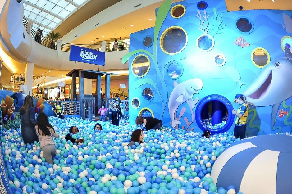 Goiânia Shopping monta piscina de bolinhas gigante de Procurando Dory