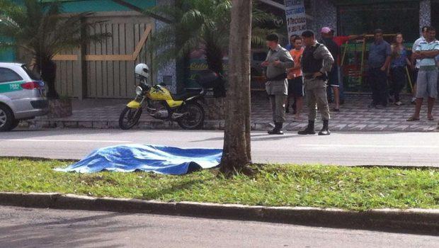 Motociclista morre após ser fechado por ônibus e colidir em árvore no Setor Novo Horizonte