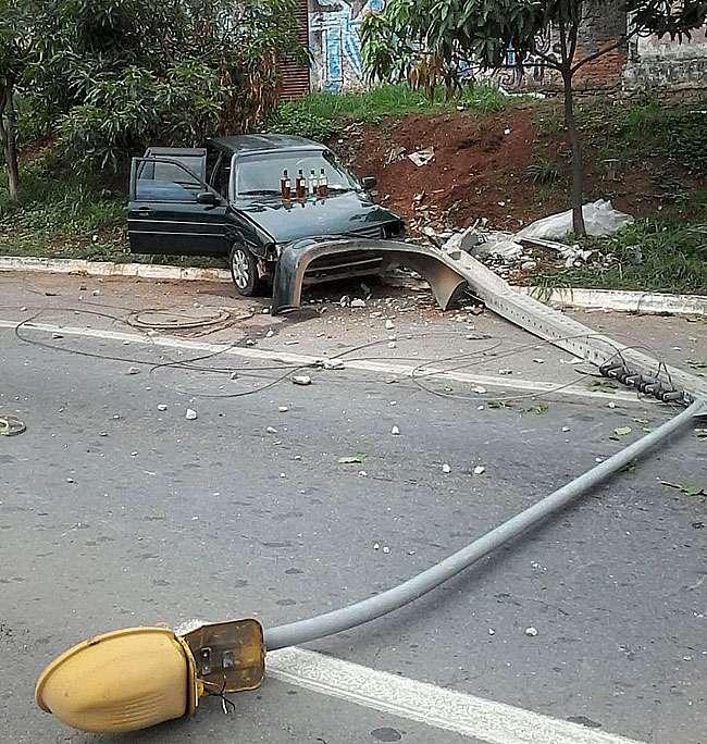 Após bater carro em poste, homem é preso por dirigir inabilitado e bêbado