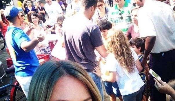 Na folga, Julio Cesar passeia e dá autógrafos em feira