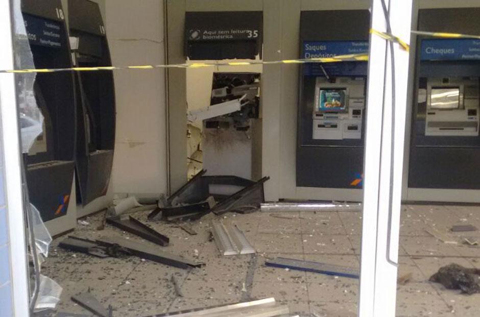 Caixa eletrônico é explodido por bandidos em Goiânia