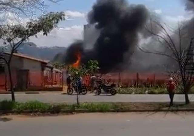 Casa pega fogo e chamas atingiram outra residência na Vila Rosa; assista