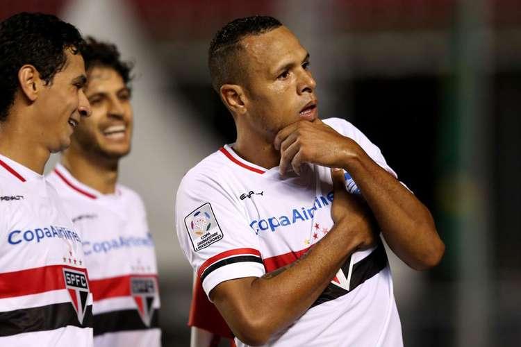 São Paulo avança sobre ex-invicto Corinthians