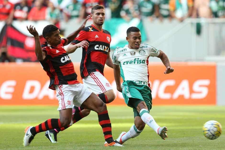 Em jogo emocionante, Palmeiras vence o Flamengo e se aproxima da liderança