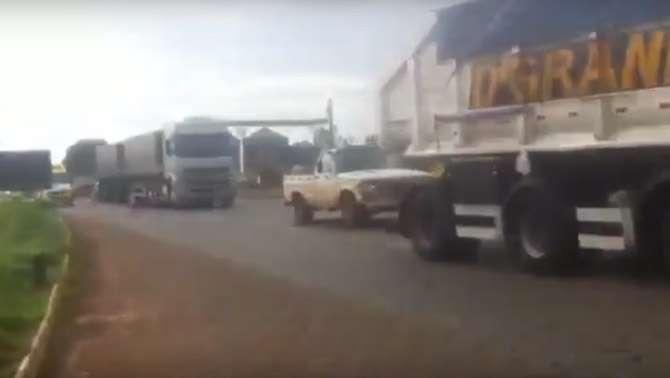 Caminhoneiros protestam e retém veículos na BR-040, em Cristalina