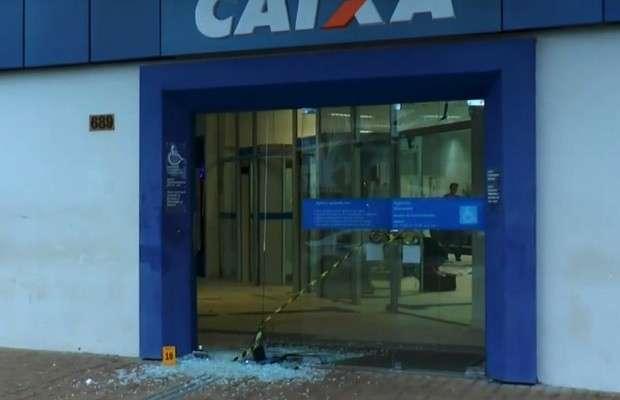 Bandidos explodem caixa eletrônico no Setor Cândida de Moraes
