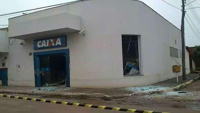 Bandidos explodem caixa eletrônico de agência bancária de Petrolina de Goiás