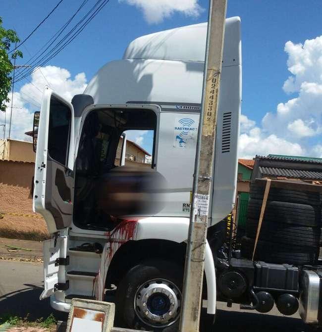 Homem é morto a tiros dentro de caminhão, em Anápolis