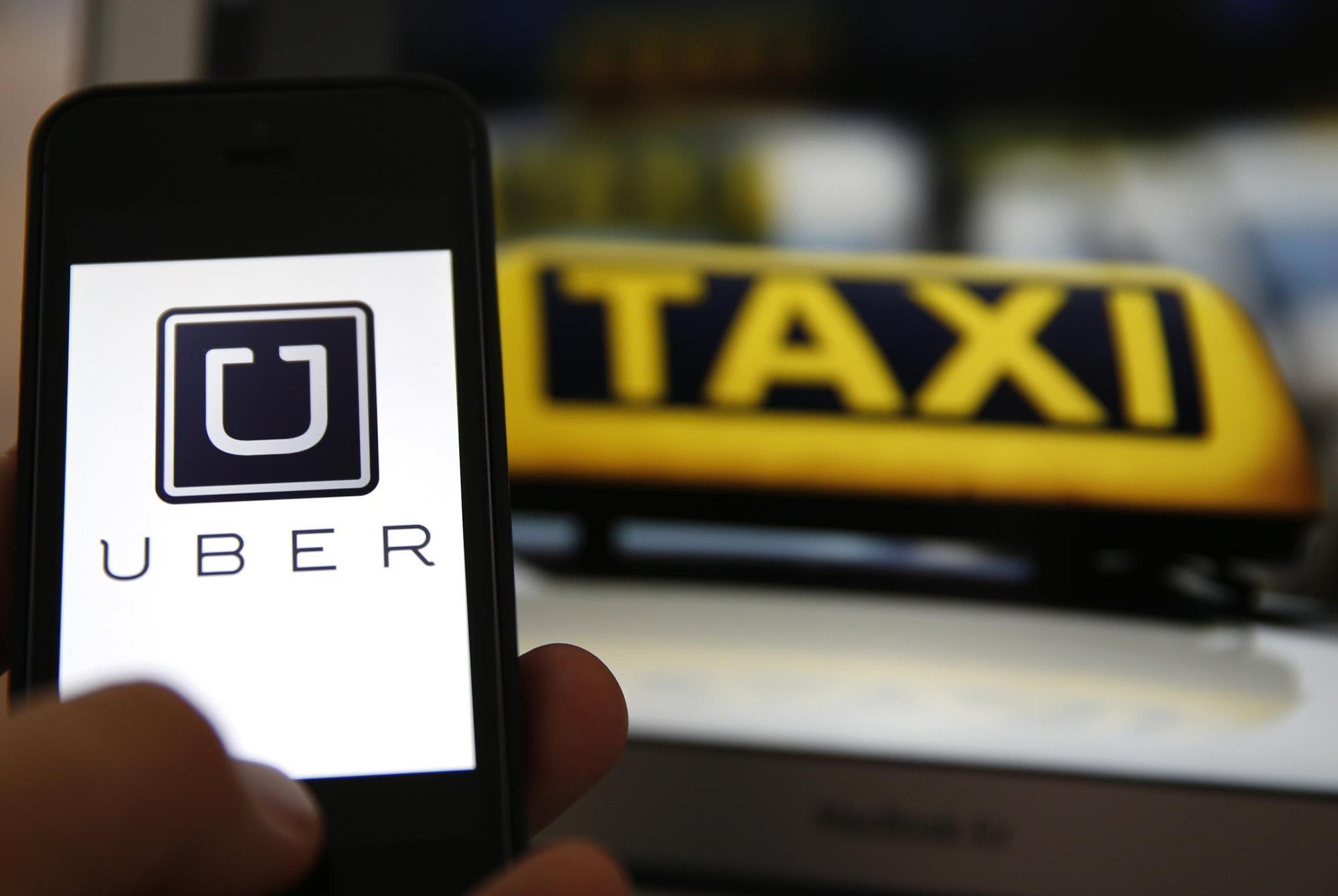 Taxistas e mototaxistas da Região Metropolitana protestam contra a atuação do Uber