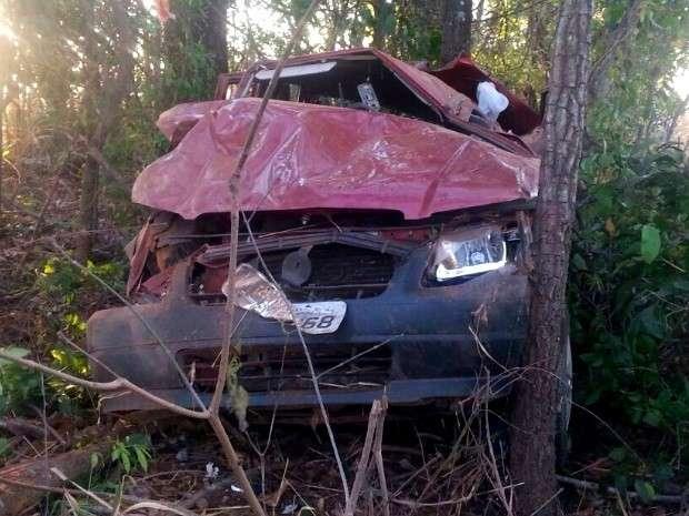 Motorista morre após capotar carro e bater em árvore na BR-153
