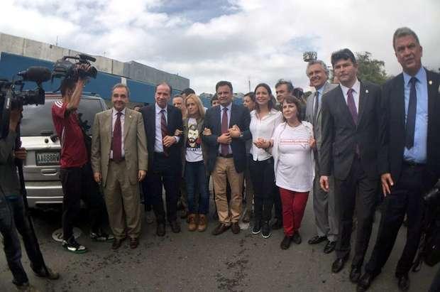 Senadores voltam ao Brasil após serem cercados na Venezuela