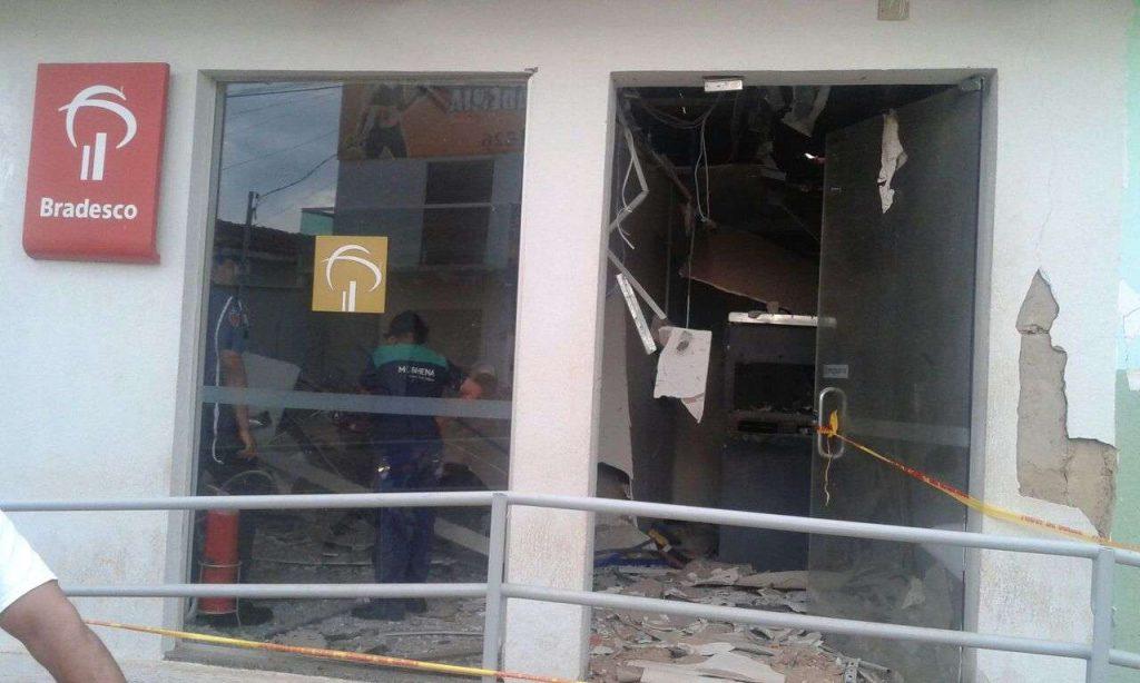 Bandidos explodem caixa eletrônico de agência bancária de Guapó