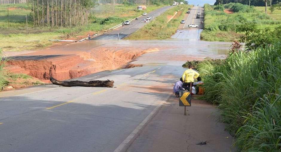 Barragem de represa estoura na GO-070, entre Itaberaí e Itauçu