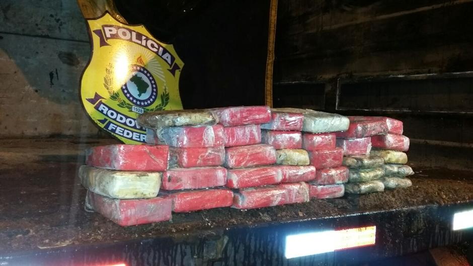 Homem é preso com 33 tabletes de pasta base e cocaína em Jataí