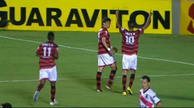Atlético vence Paraná e pula para sétimo na Série B