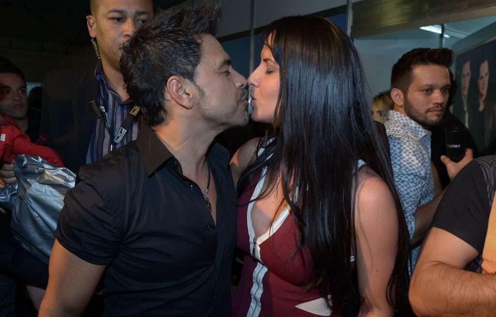 Após show no Villa Mix, Zezé di Camargo deixa camarim com a namorada