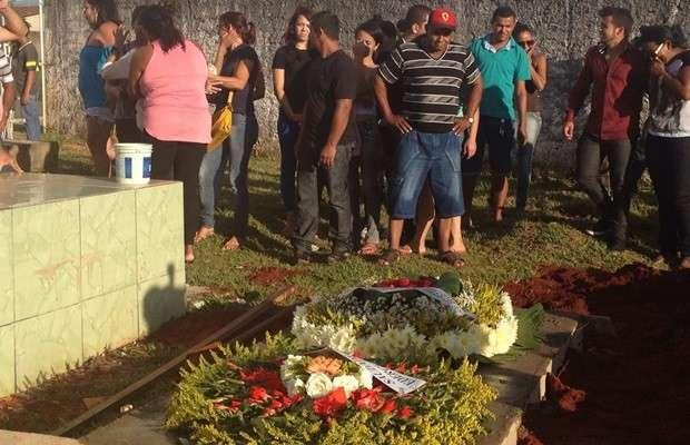 Corpo de dançarina de funk morta pelo noivo no RJ é enterrado em Trindade