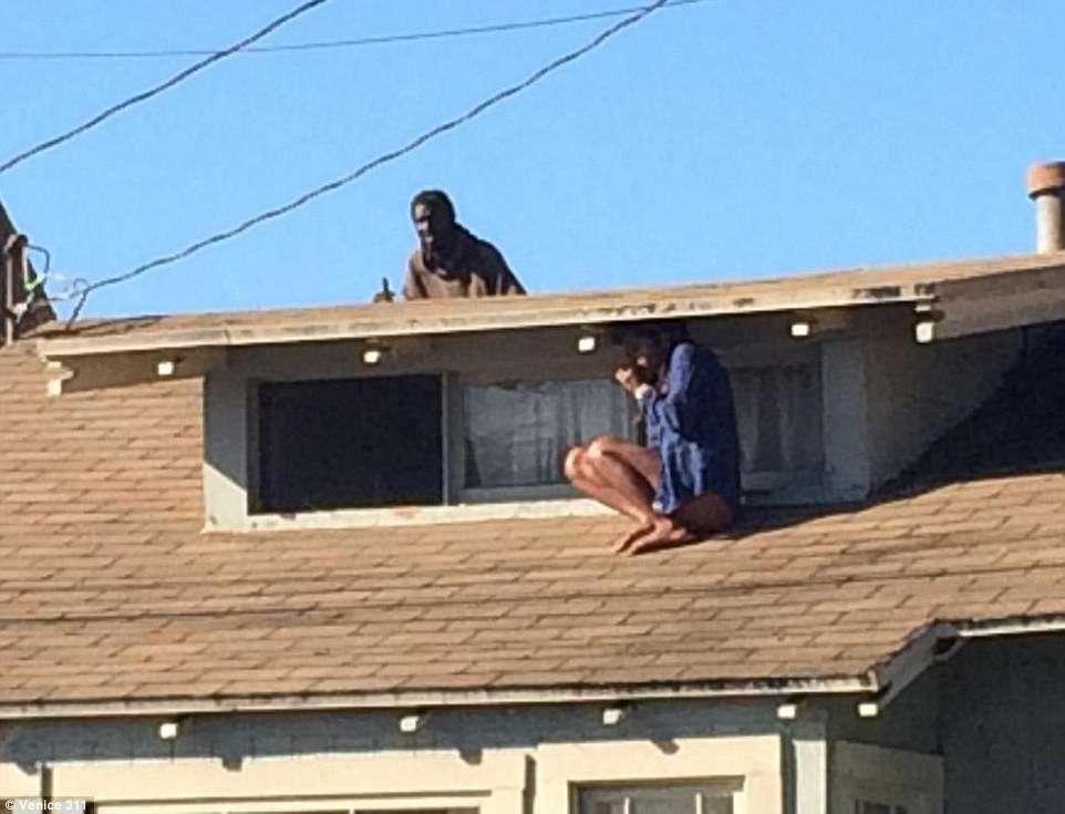 Atriz sobe em telhado para fugir de intruso e é salva