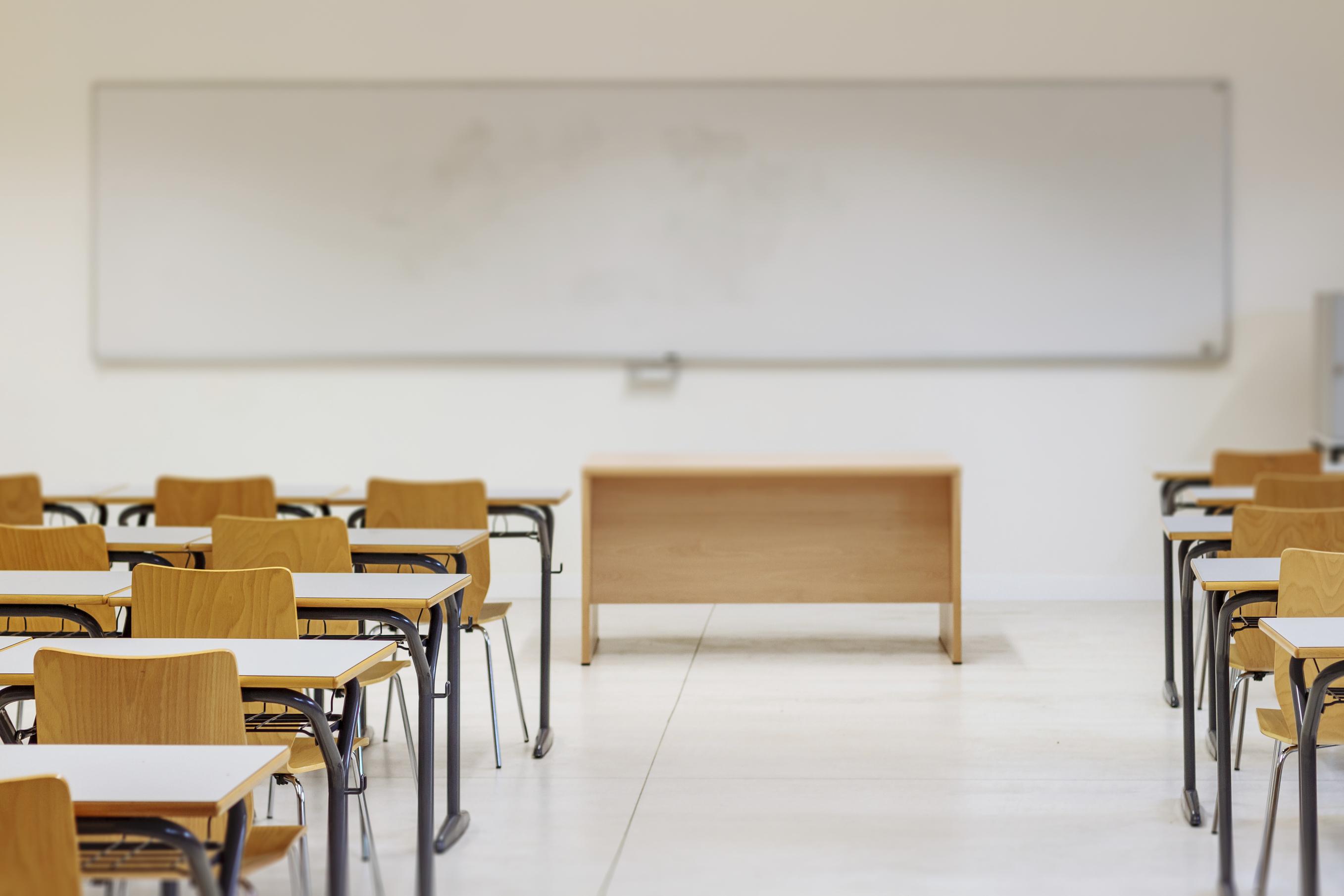 Alunos revistados em sala de aula por sumiço de celular de professora serão indenizados