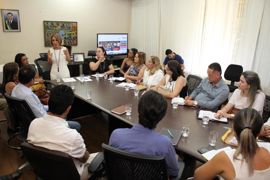 Raquel Teixeira discute novo modelo de gestão regional com subsecretários