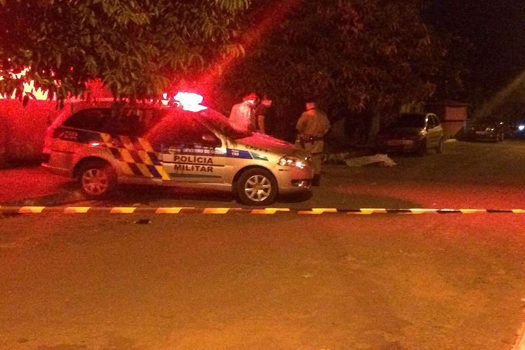 Jovem de 23 anos é morto a tiros durante tentativa de assalto na porta de sua casa