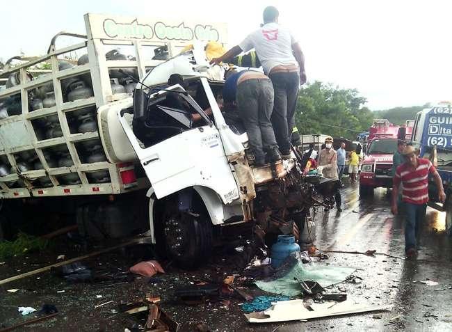 Dois motoristas ficam feridos em acidente na GO-222