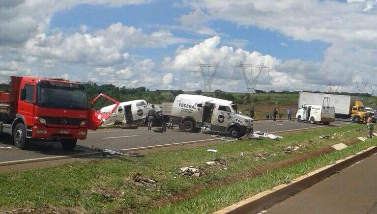Bandidos matam três seguranças e explodem carros-fortes na BR-153