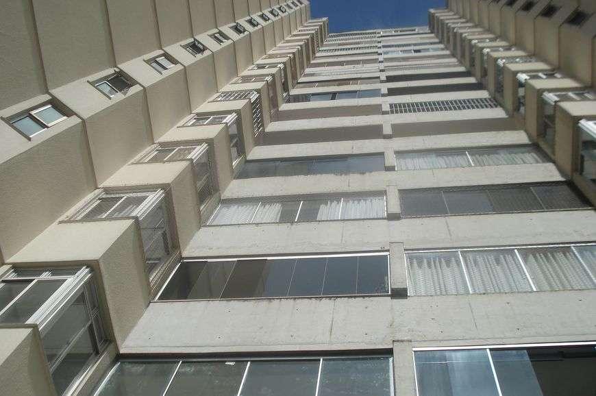 Operário cai do 5° andar de um prédio e é salvo ao cair dentro de piscina