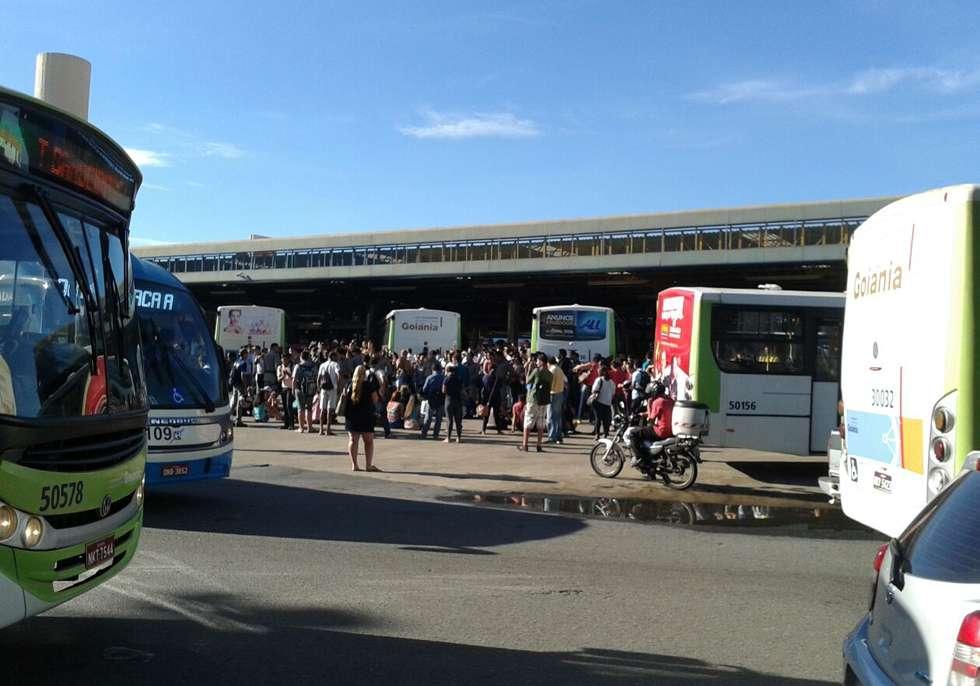 Por falta de ônibus e atrasos, usuários fecham o Terminal da Praça A