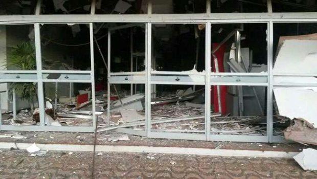 Bandidos explodem caixas eletrônicos de agência em Goiatuba