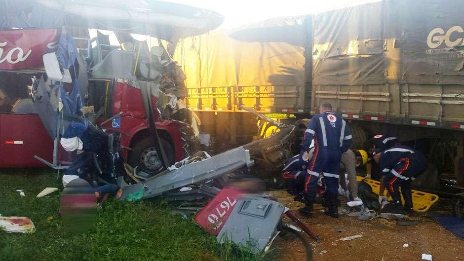 Acidente envolvendo ônibus e caminhão deixa três pessoas mortas na BR-364, em Jataí
