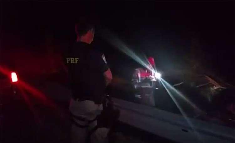 Mulher morre e homem fica ferido após carro capotar na BR-060