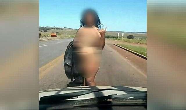Nua, mulher pede carona em rodovia goiana