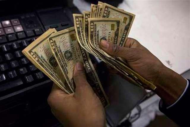Dólar encosta em R$ 3,20 e fecha no maior valor em mais de um mês