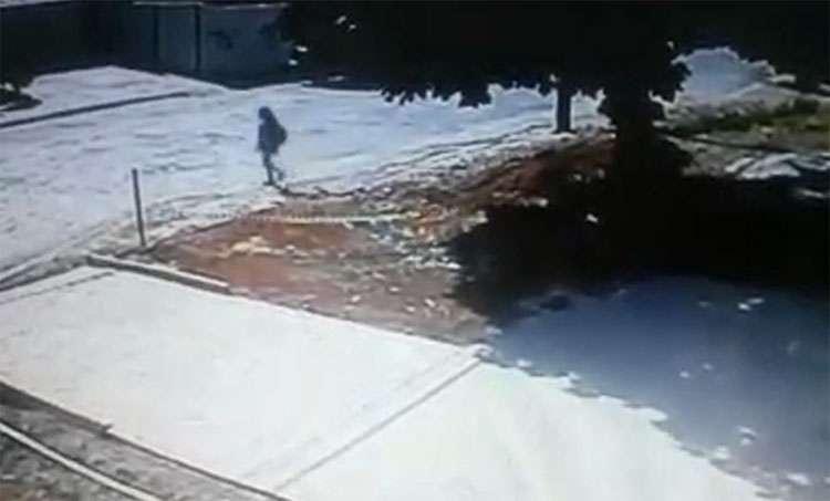 Vídeo mostra suspeito antes de matar adolescente em ponto de ônibus
