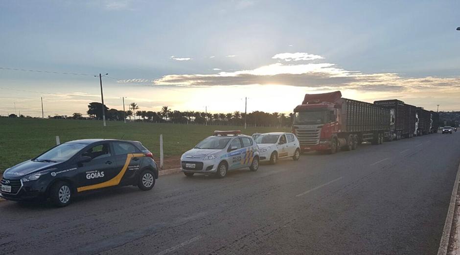 Fisco apreende 4 carretas de gado com nota fria  na GO-213, em Morrinhos