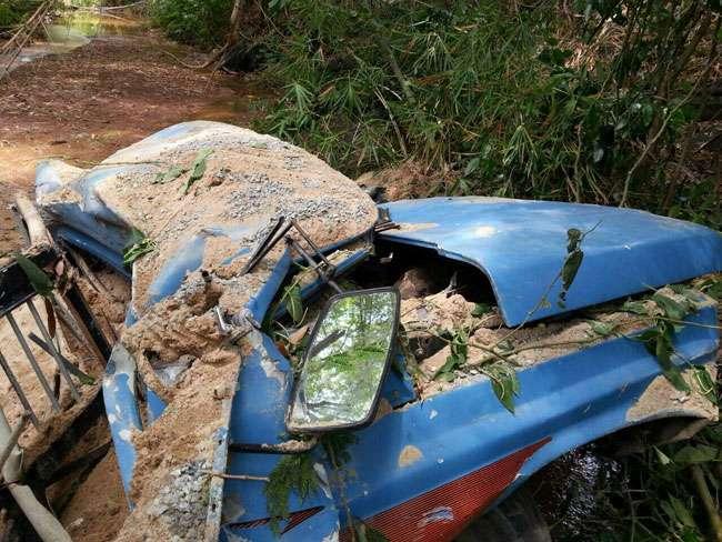 Motorista morre após caminhão cair em rio