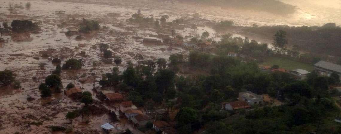Barragem de mineradora se rompe e inunda distrito no interior de Minas
