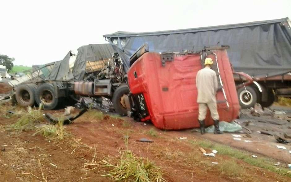 Colisão entre duas carretas deixa os dois motoristas mortos na BR-452