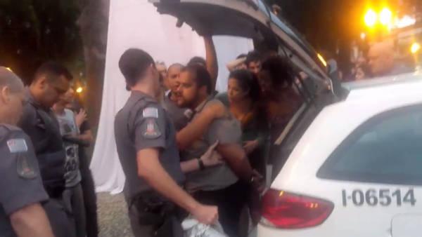 Ator é preso durante espetáculoque critica abusos da PM, em Santos