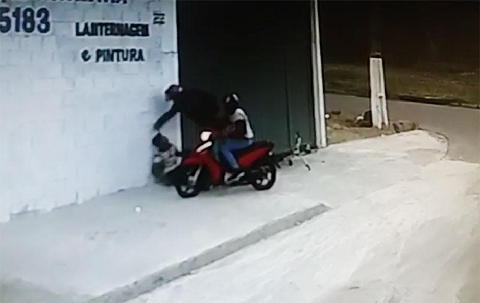 Câmeras de segurança flagram assalto no Residencial Maria Lourenço, em Goiânia; assista
