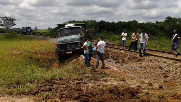 Caminhoneiro morre após ter caminhão atingido por locomotiva