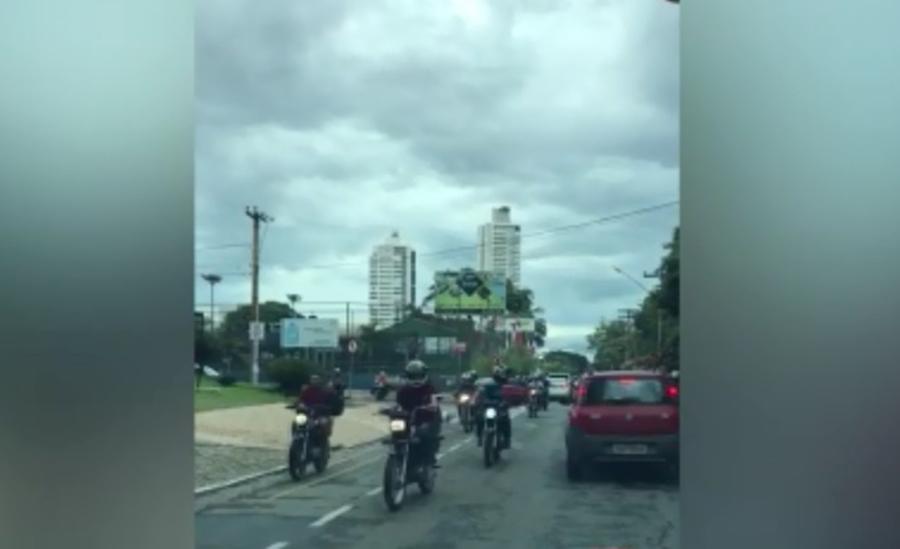 Cerca de 200 motociclistas entram na contramão e assustam motoristas em Goiânia