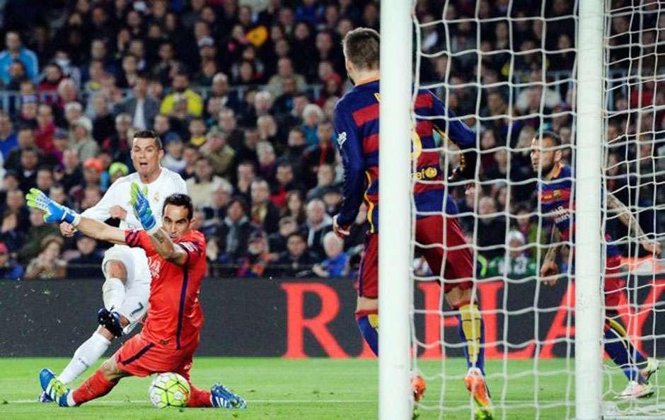 Com um a menos, Real Madrid marca no fim e vence o Barcelona