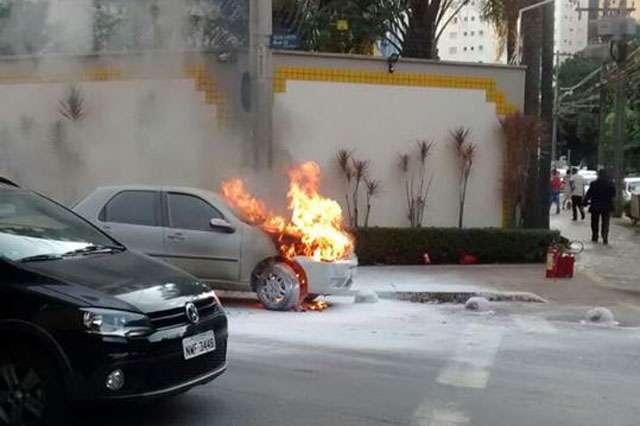 Carro pega fogo na Ra 29 com a Alameda dos Buritis
