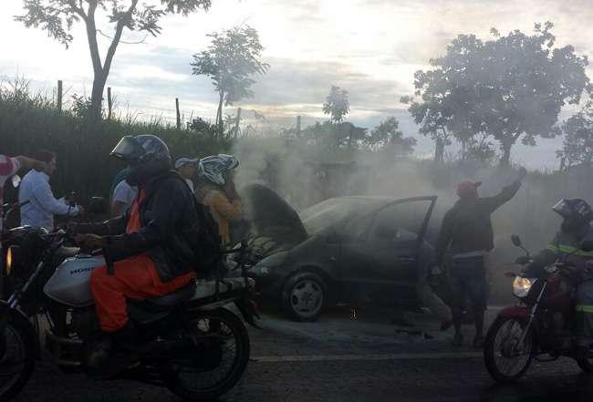 Carro pega fogo na BR-153