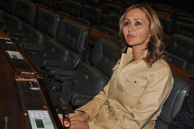 Jaqueline Roriz renuncia à disputa por vaga na Câmara