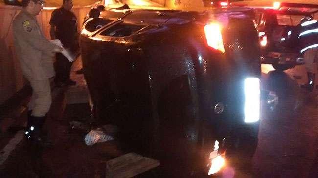 Carro cai do viaduto da Praça do Ratinho e deixa motorista ferido