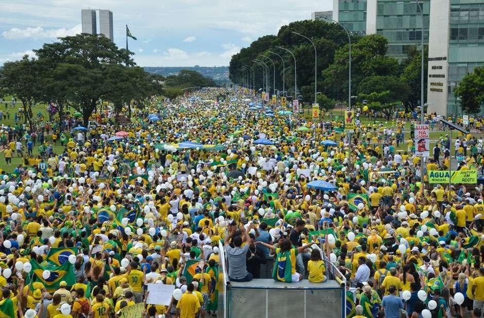 Manifestantes encerram ato em Brasília cantando o Hino Nacional