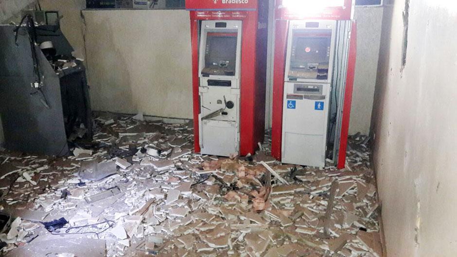 Criminosos explodem caixas eletrônicos na rodoviária de Itumbiara